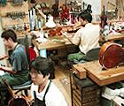 常設の弦楽器専門店の工房