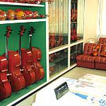 弦楽器専門店・名古屋店の店内